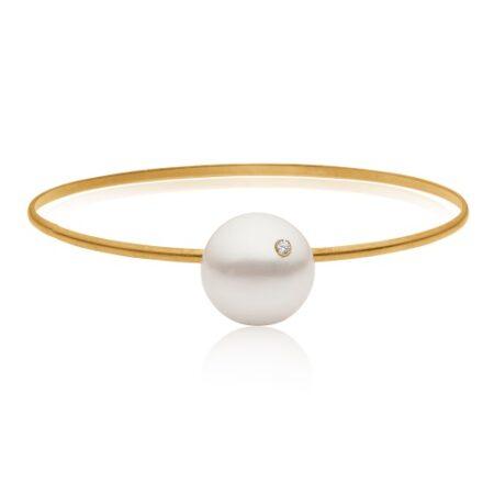 Diamant armring fra Priesme med Top Wesselton brilliant. Armbåndet er udført i forgyldt 925 Sterling sølv med Stor flot South Sea perle