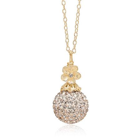 Halskæde fra Priesme med en stor flot kugle med pudder farvede Swarovski krystaller. Halskæde i forgyldt 925 Sterling sølv med den smukkeste lille sølv blomst