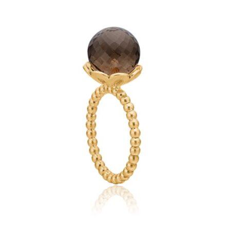 Ring fra Priesme med en stor smuk facetslabet røgfarvet quartz ædelsten. Denne ring er i 24k forgyldt 925 Sterling sølv