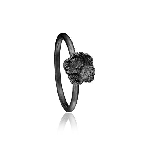 Priesme ring med blomst i sort rhodineret sølv
