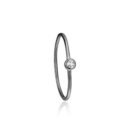 Priesme ring i sort rhodineret sølv med hvid topaz ædelsten