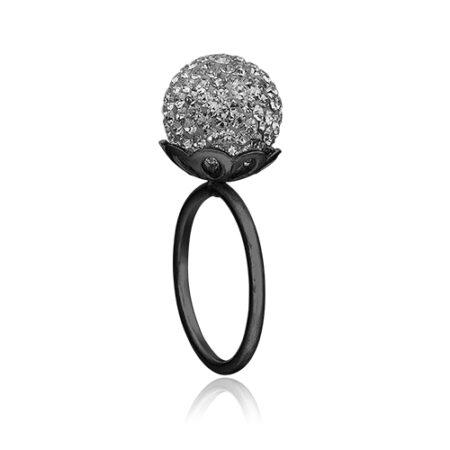 Priesme ring i sort rhodineret sølv med grå kugle