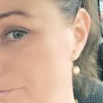 Model med Priesme Silk øreringe